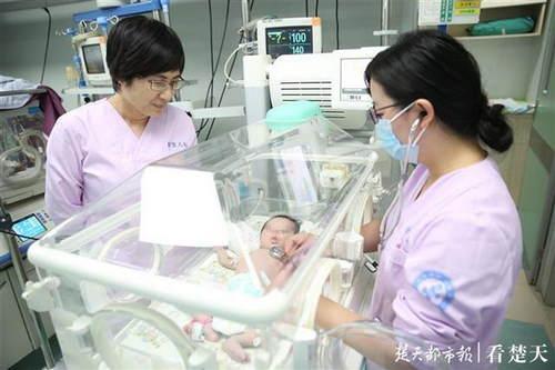 女婴一出生就突发肺出血 医护人员14天接力救回小生命