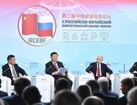 习近平和俄罗斯总统普京合营出席中俄能源商务论坛