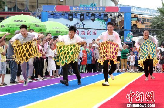 """重庆民众旱地""""龙舟""""趣味赛跑过端午"""