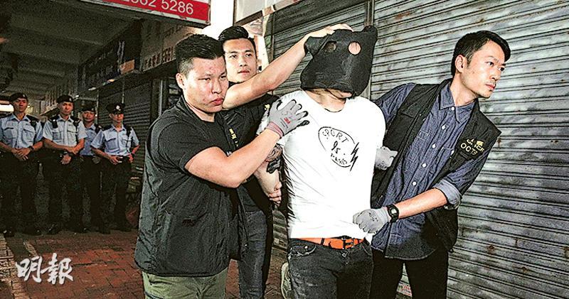 香港一天发生两起扔汽油弹袭警纵火案 警方逮捕嫌疑人