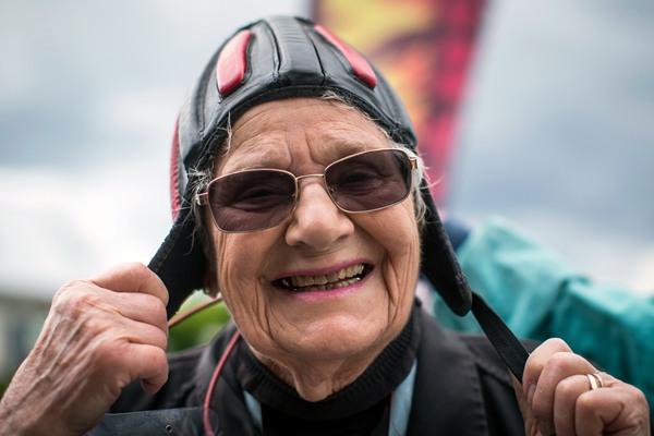 年龄挡不住一颗勇敢的心!加拿大90岁老人挑战高空跳伞