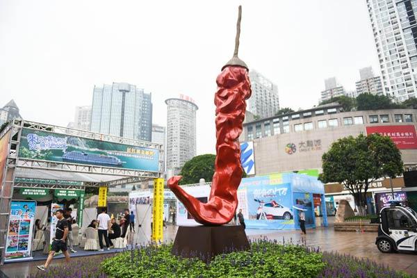 山城无辣不欢!高6米重380斤辣椒雕塑伫立重庆街头