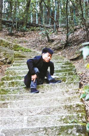 蹲着走路的大学生李创业毕业了 打算边工作边考研