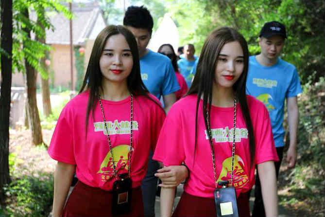 百余对双胞胎巡游美丽乡村感受田园风光