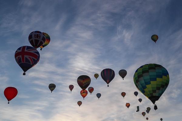 """英国伦敦举办""""热气球赛船会"""" 泰晤士河上空变童话世界"""