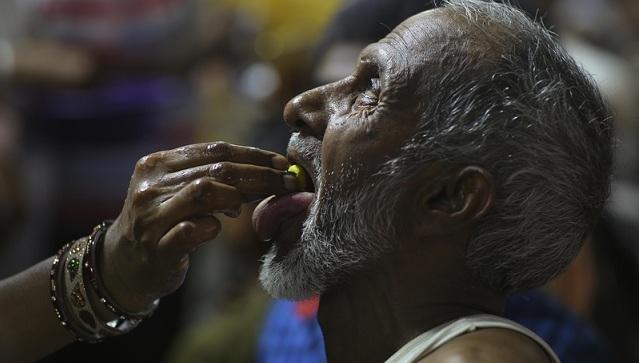"""奇葩""""偏方""""!印度哮喘病人排队吞鱼治病"""