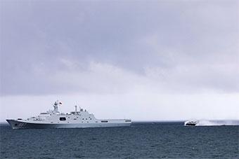 两艘登陆舰在南海举行联合立体登陆的训练