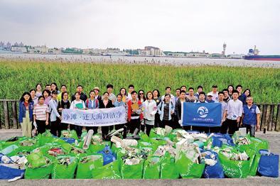 长江口,一群志愿者 13年来坚持在海滩捡垃圾,不让泡沫塑料入海