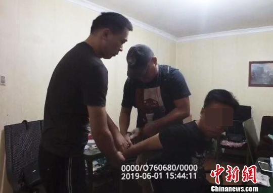 民警从5万多分钟视频中锁定嫌疑人破获10余起入室盗窃案
