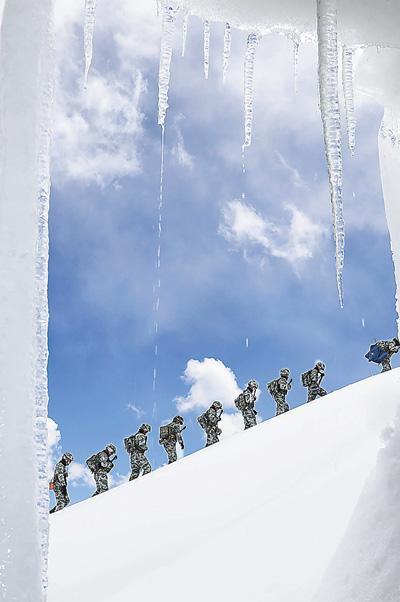 端午节期间边防官兵冰川巡逻