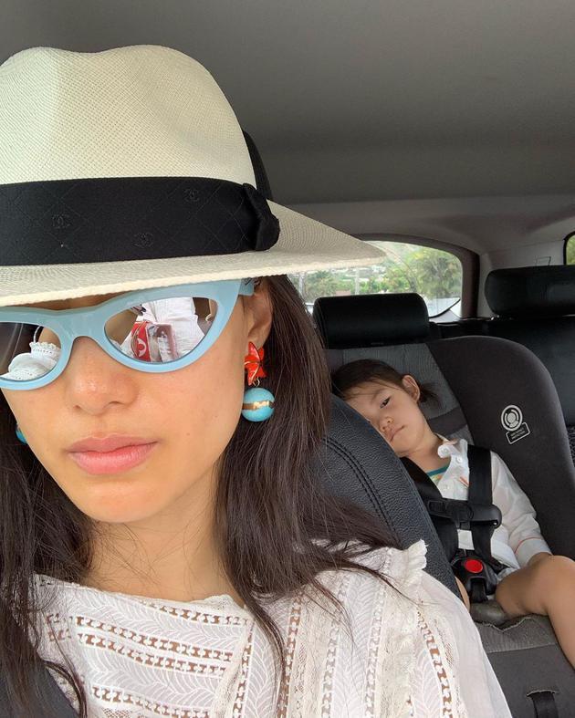 秦舒培晒与女儿合照 Alaia坐车后排犯困睡眼朦胧