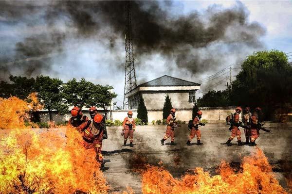 """森林消防员酷暑天气""""极限训练""""砺血性"""