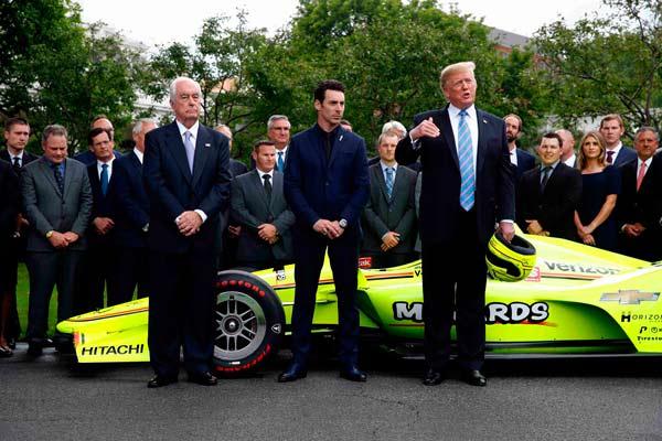 特朗普白宫接见印地500冠军车队 获赠头盔喜笑颜开
