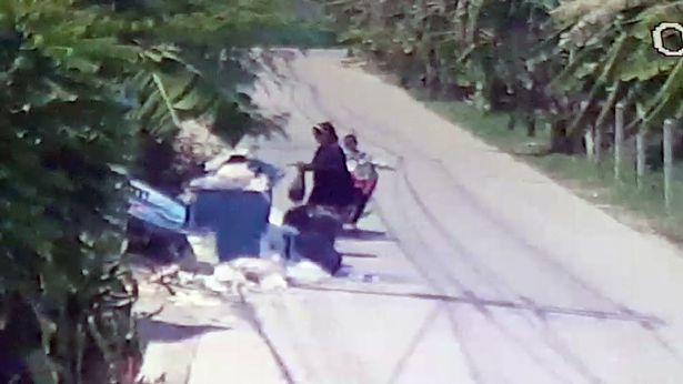 泰国一母亲将刚出生婴儿丢垃圾箱旁淡定离开