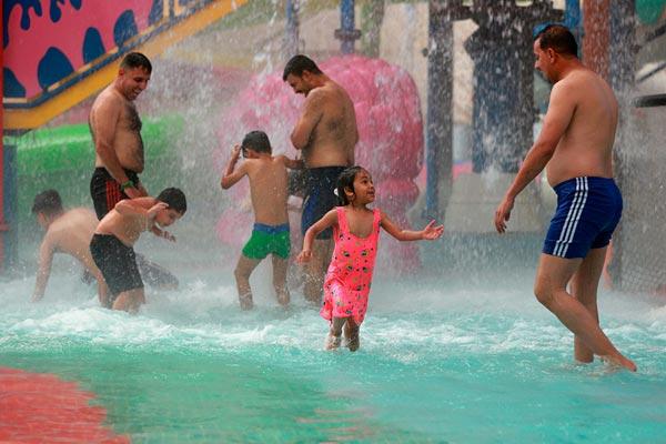 伊拉克首都高温难耐最高温度达48摄氏度 民众戏水消暑