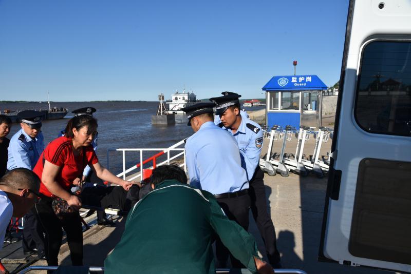 抚远出入境边防检查站启动紧急预案抢运中国病患
