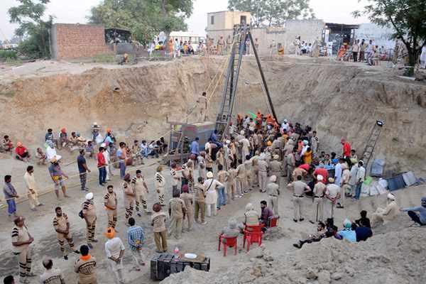 印度两岁男孩失足跌入45米深钻井 被困超100小时急待救援