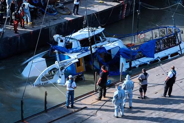 匈牙利沉船打捞工作启动 船体已浮出水面