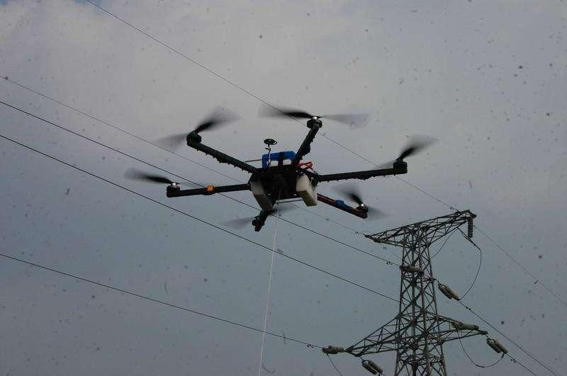 暴雨袭击致电力中断 无人机牵线助力快速抢通