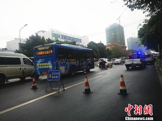 广西一汽车从交警队门口后溜横穿马路 1名男童被撞身亡