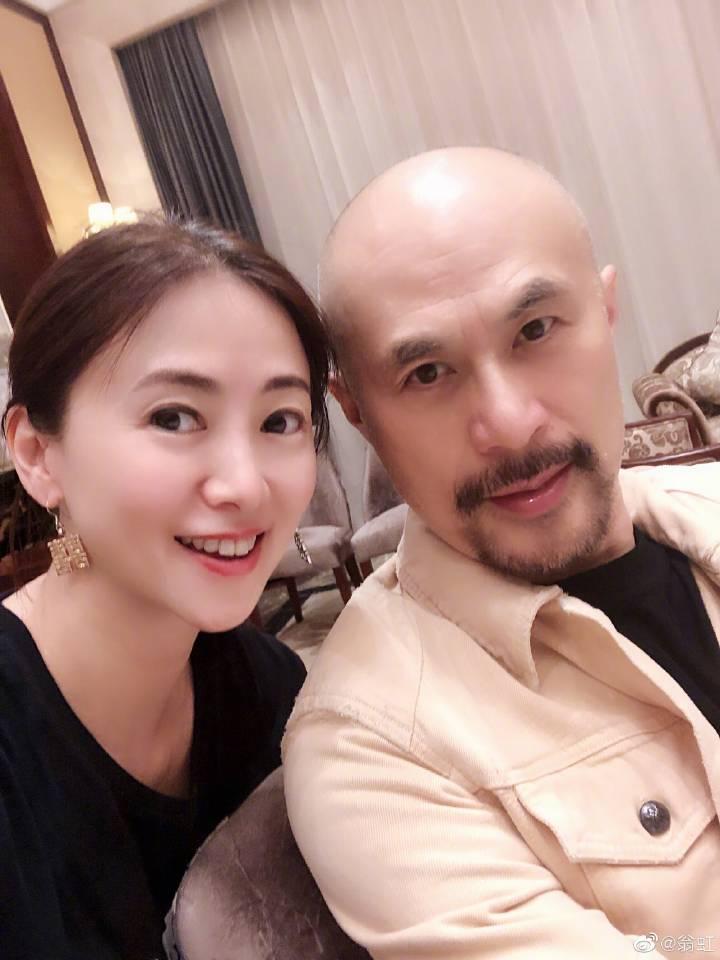 51岁翁虹和徐锦江合影,逆龄生长少女感十足!