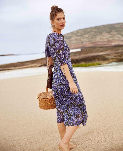 夏季到来 印花长裙更能突出身材!