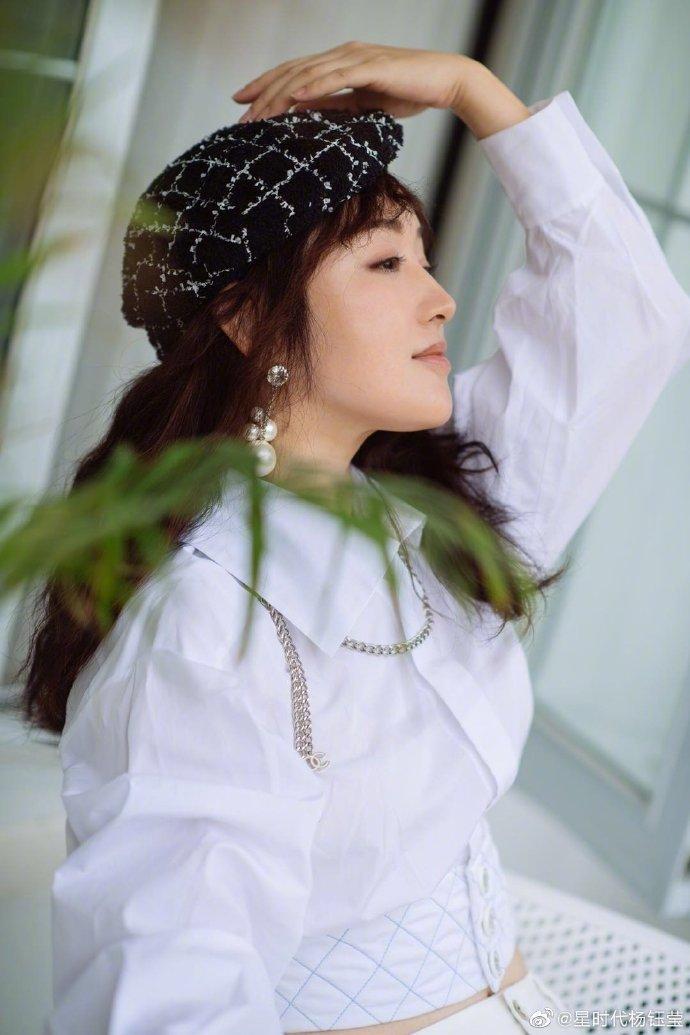 48岁杨钰莹近照好年轻,皮肤白皙细腻小蛮腰太抢眼
