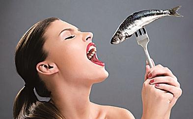 鱼刺卡喉喝醋塞馒头?错啦!