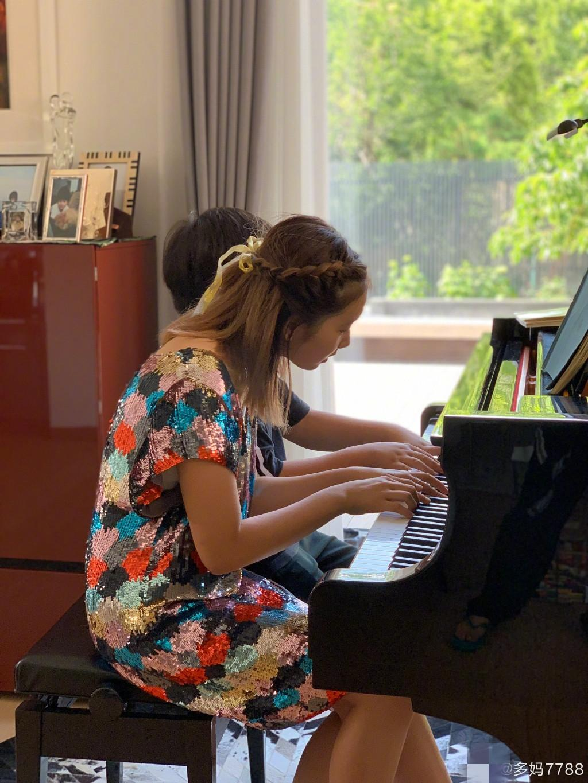"""黄磊大女儿多多一头""""染发""""上台领奖 钢琴比赛获五个一等奖"""