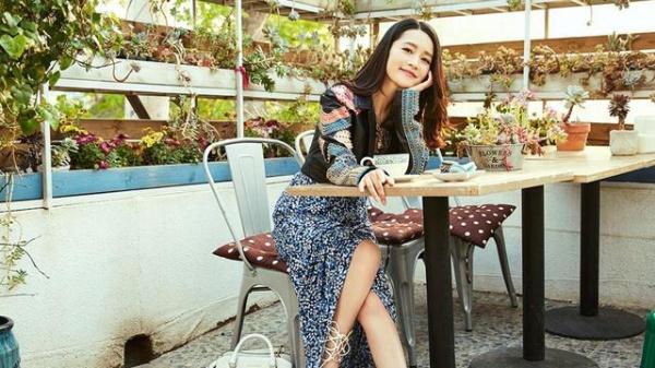 李沁的形象又一次甜到了大家,配上鲜花的她,依旧是甜美动人