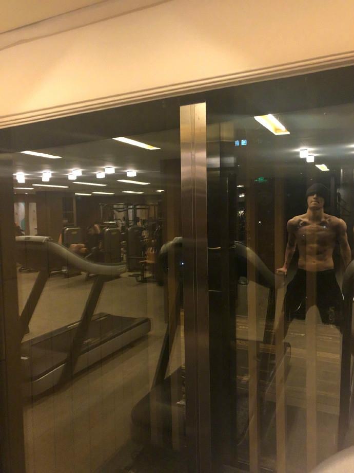 张艺兴晒健身照在线发福利 秀腹肌荷尔蒙爆棚