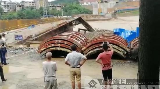 柳州三江在建的宜阳大桥施工便桥被洪水冲塌