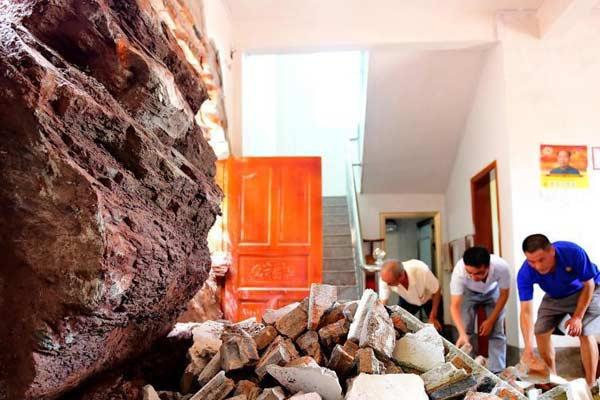 强降雨引发山体滑坡 巨石穿墙入屋