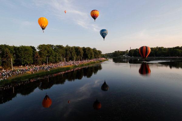 俄罗斯西部举行国际热气球盛会 缤纷多彩营造夏日浪漫氛围