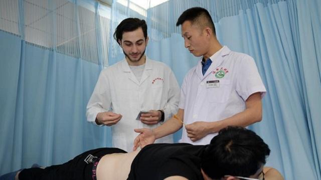 留学生卓尼:我在中国学针灸