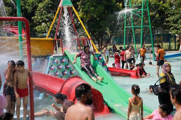 印度高温突破50摄氏度 民众戏水消暑