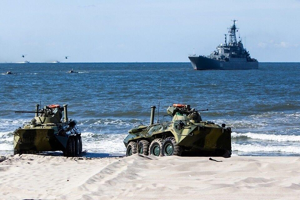 俄舰队演习出意外:装甲车坠海,1名士兵溺亡