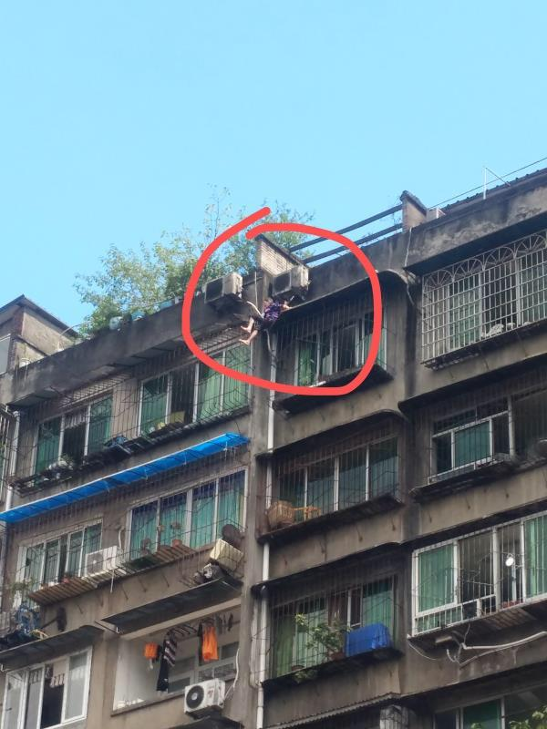 80岁老奶奶悬空挂在8楼窗户外 消防出手老人平安获救