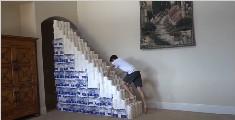 小伙用1000卷卫生纸做楼梯,能成功上楼吗?