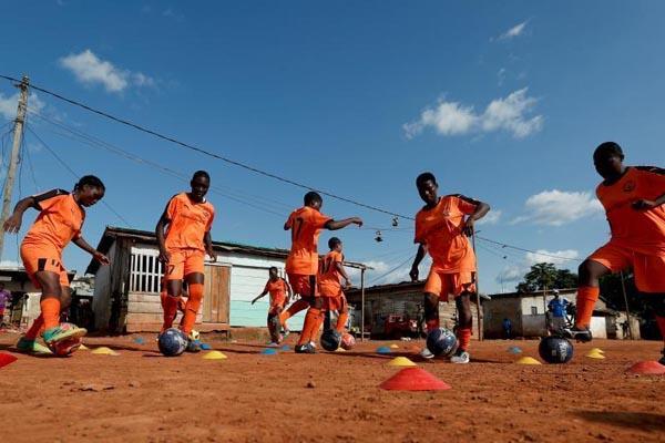走进西非首个女子足球学院 喀麦隆少女追求足球梦