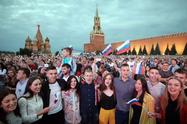 """俄罗斯多地举行盛大活动 庆祝""""俄罗斯日"""""""