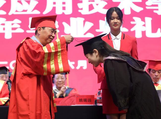 郑州工业应用技术学院校长寄语毕业生:相信自己 相信未来