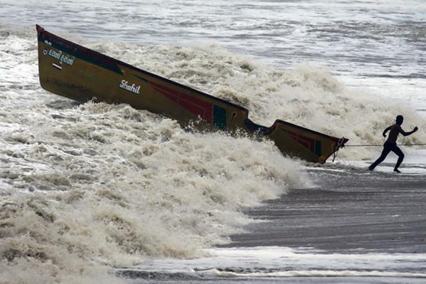"""热带气旋风暴""""瓦尤""""袭击印度 渔民将船只转移至安全地带"""
