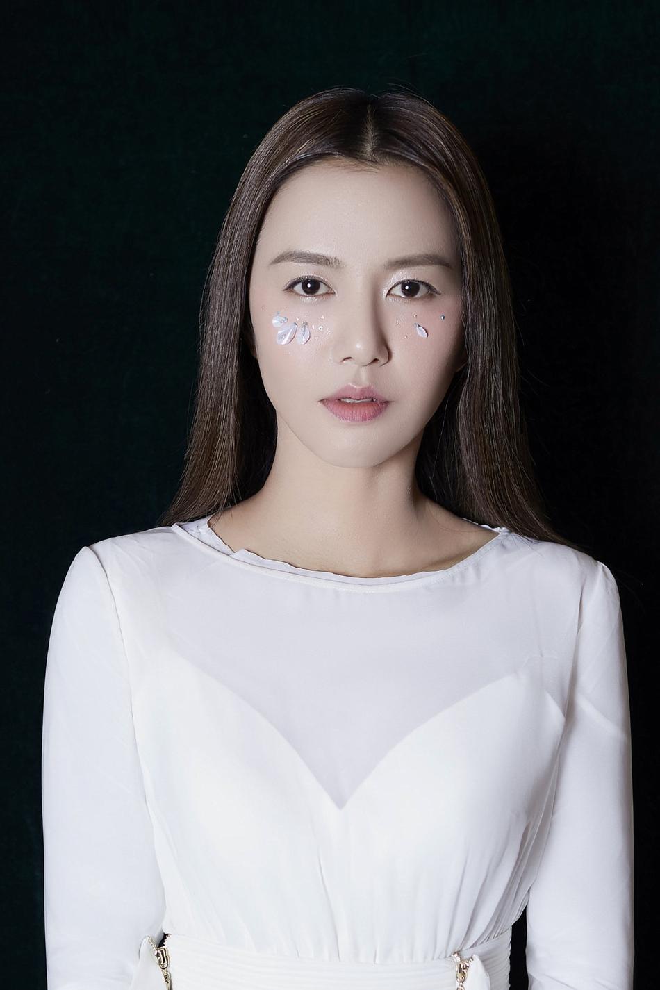 谭维维画敦煌壁画妆 花瓣贴脸配白色长裙又仙又美
