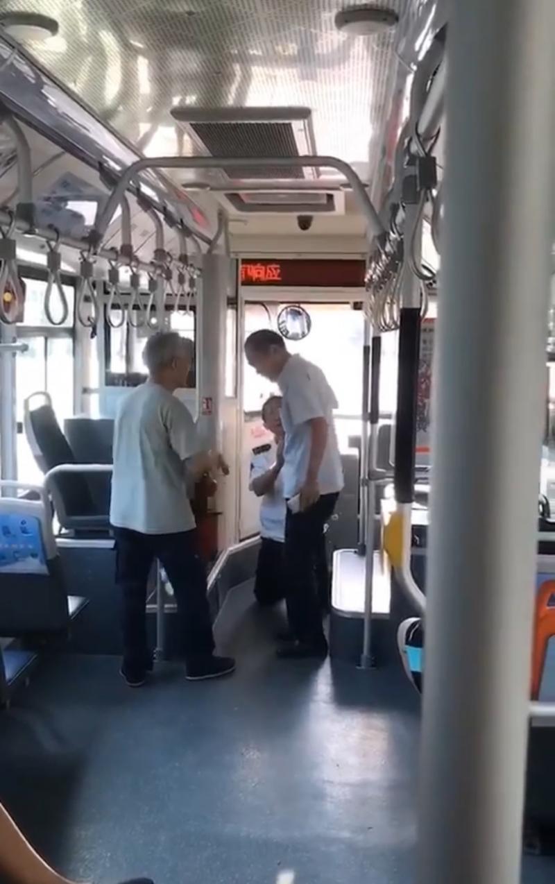 公交司机因起步过快给乘客下跪 公司:下跪不可取 已安抚司机