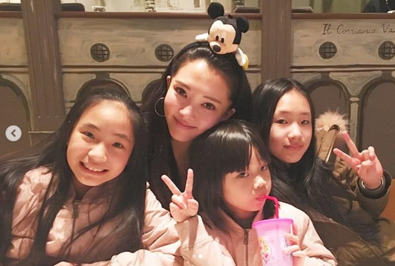 小S三个女儿度假逛名店个个美翻天 7岁许老三长超高