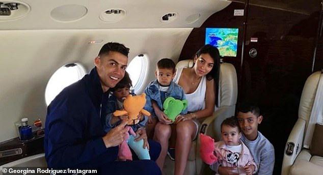 C罗全家乘私人飞机度假!曝萨里已找他商量引援