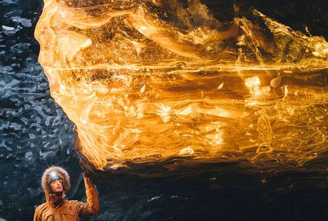 摄影师冰岛拍罕见一幕:冰块发金光犹如宝石