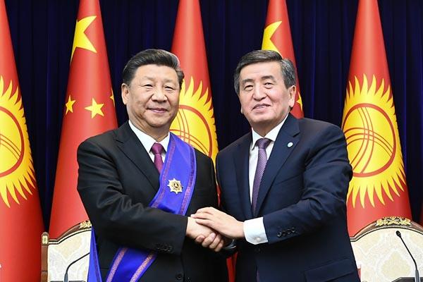 """习近平接受吉尔吉斯斯坦总统授予""""玛纳斯""""一级勋章"""