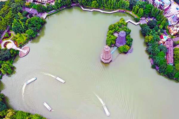 桂林阴雨天气暂停 不少游客前来旅游观光